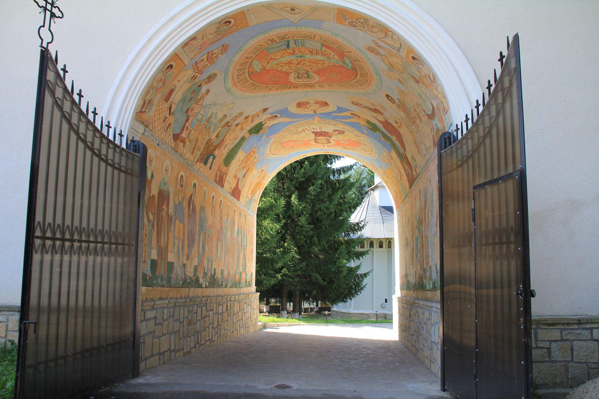 Fresken im Tor